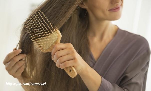 Не расчесывайте мокрые волосы или делайте это правильно