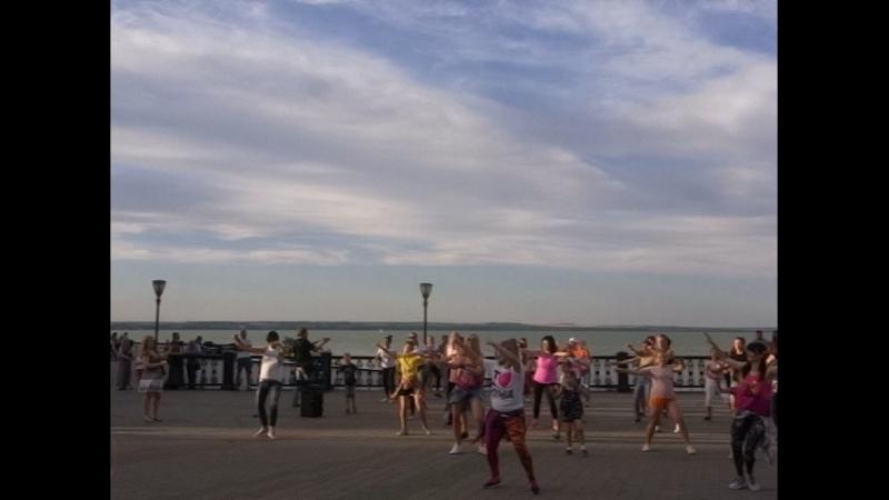 Зумба Таганрог. Танцевальный флэшмоб на набережной