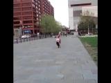 девушка прыгает акробатику на улице