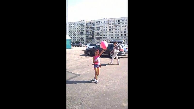 Тася загадывает желание и отпускает шарик в небо