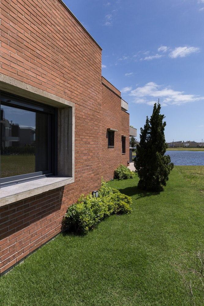Marcon House / Ramella Arquitetura