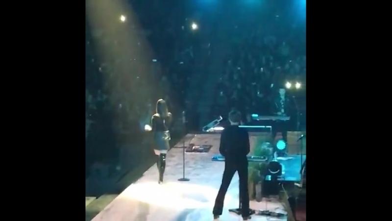 Выходит на сцену в Санрайзе Live @ BB T Center LA To The Moon Tour
