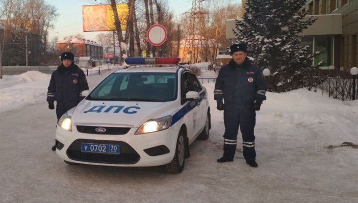 Полиция и МЧС помогли томичам, чья машина сломалась в мороз на трассе