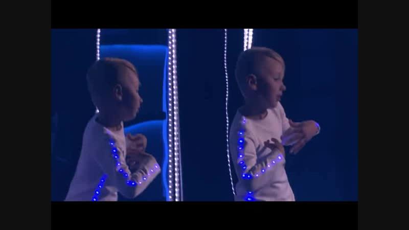 Всеволод Штолтц-Гуров на передаче Лучше всех с танцем робота в светодиодном костюме от Смотри Красота.