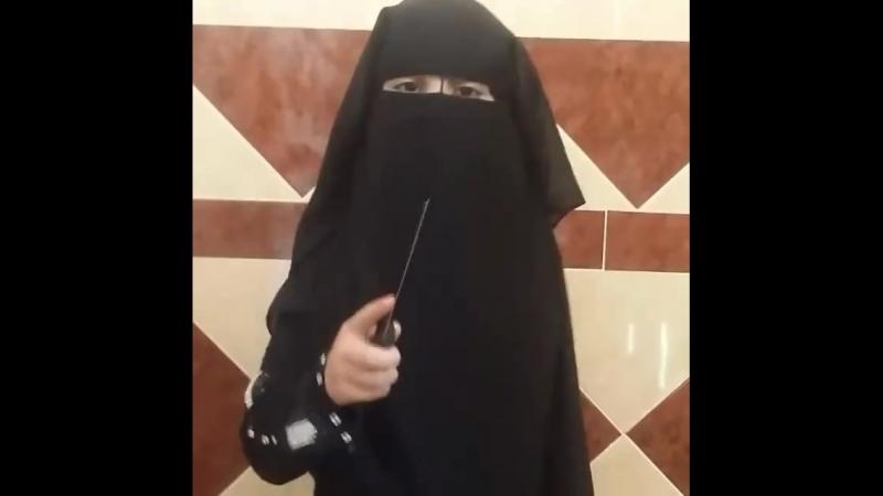 Kleines Burkamädchen zeigt was man mit Kuffar machen soll..