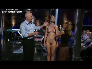 Только одна голая, голая перед зрителями  телешоу использует голых девушек для наглядной анатомии