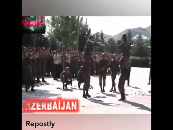 Azerbaycan esgeri ermeni bayraqini baxin nece qirdi.