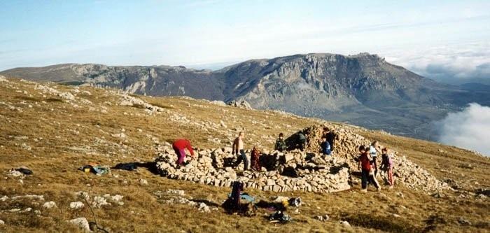 Вячеслав Минин со товарищи строит каменное укрытие из материала тура на плато Чатырдаг
