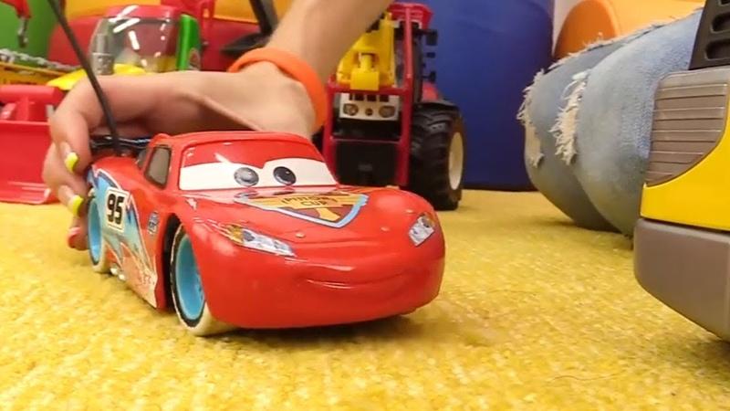 Maria gioca con i camion e Saetta McQueen - Video divertenti per bambini