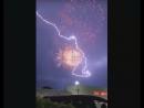 Молния во время фейерверка
