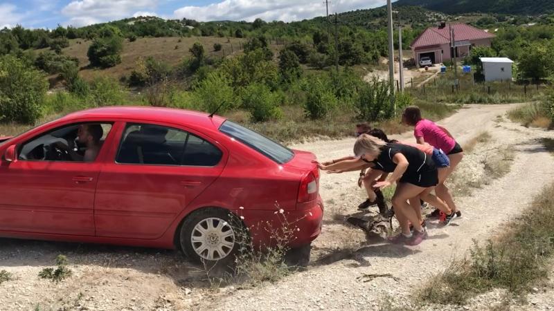 Горячие крымские девочки-спасатели 😂на горных дорогах