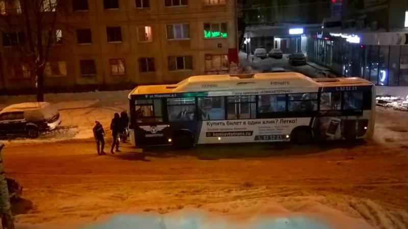 Сыктывкарцы выталкивают автобус