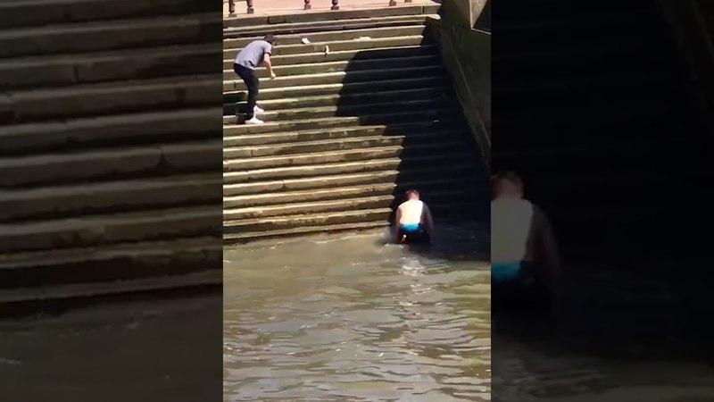 A forma certa de descer as escadas sem usar as pernas
