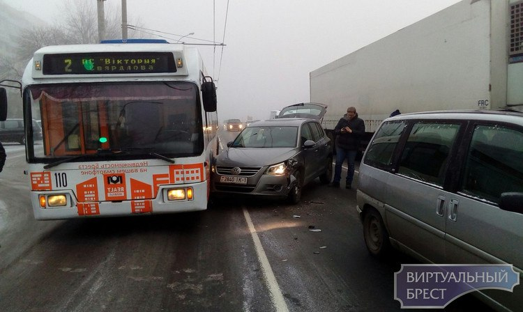 На Московской ДТП с участием троллейбуса и легковушки