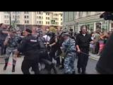 В Москве полиция начала избивать людей, которые двинулись в сторону Охотного ряда - - Виде (1)