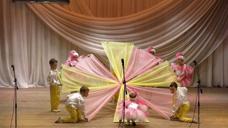 ТАНЕЦ С ПОЛОТНАМИ. Дети детского сада танцуют на Пролиске 2015г. Детский сад г.Алчевск