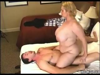 Дамочка не против дать в попку  порно анал секс минет инцест отсос выебал