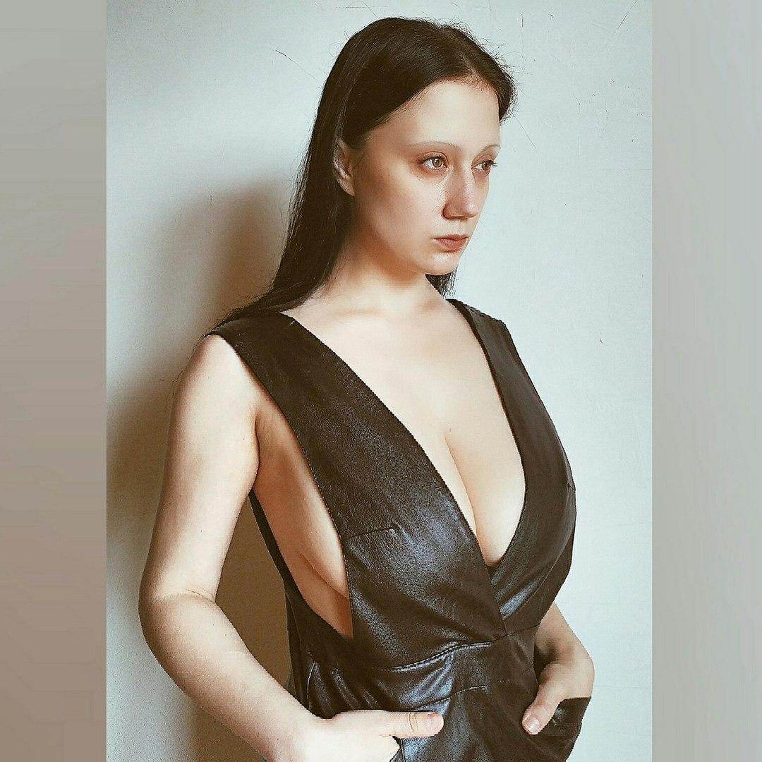 Frau mit einem bein beim sex