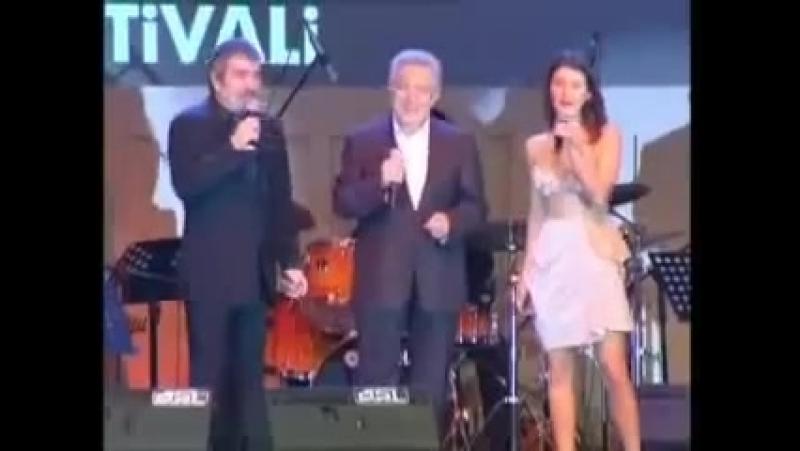 Берен и Сельчук поют песню на кинофестивале Золотой апельсин 2009 г.