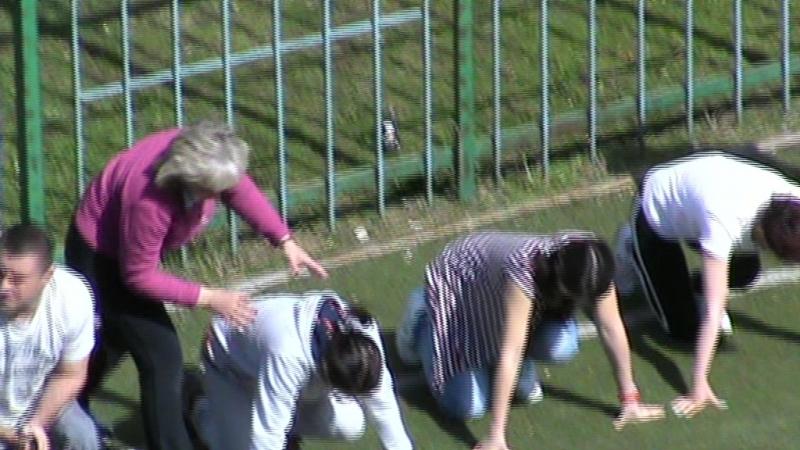 Взрослые учителя дяди и тёти на уроке физкультуре во дворе, урок физкультура старт забег, Вороваевец во дворе