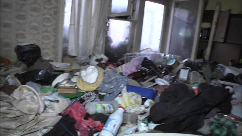 Из тараканьей квартиры вывозят мусор