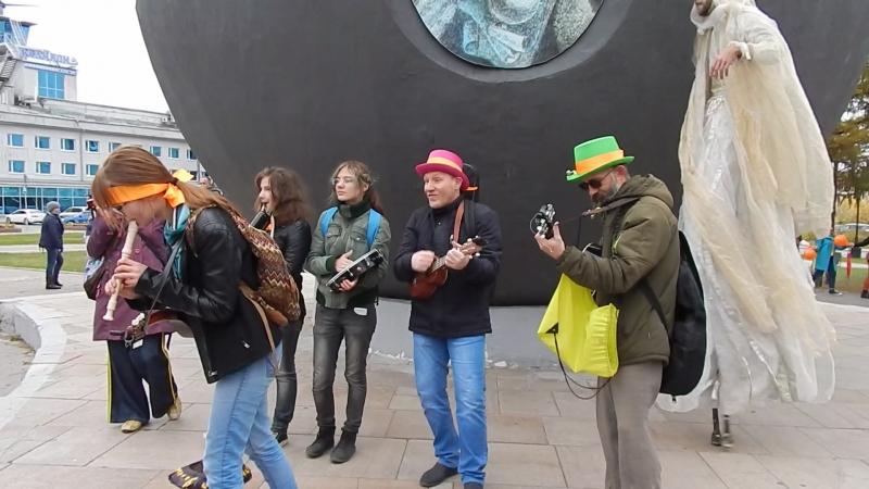 Уличный оркестр Цилиндр на открытии Недели экспериментального театра