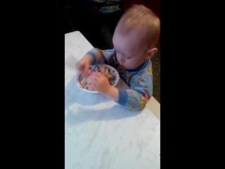 Лёшенька кушает сам ! =)