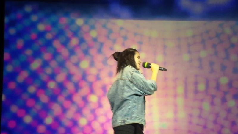 Элизабет поёт на сцене АГУ(3курс).