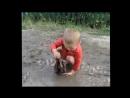 Большая стирка в грязной луже. Очень чистоплотный малыш. (3).mp4