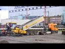 Выгрузка асфальтобетонной смеси в бункер укладчика Vogele SUPER 1900 2 асфальтирование парковки на 885 мест в Папенбурге