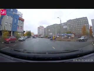 Молодая женщина вместе с детьми бросается под колёса в Ярославле