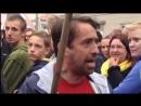 Sven Liebich trifft Angela Merkel fast mit einem Schuh auf dem Marktplatz in Apo