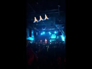 SCARLXRD на концерте исполняет трек