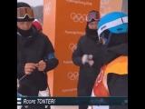 Спортсменка вяжет варежки на Олимпиаде
