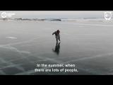 Рассекающая по Байкалу на самодельных коньках бабушка покорила соцсети