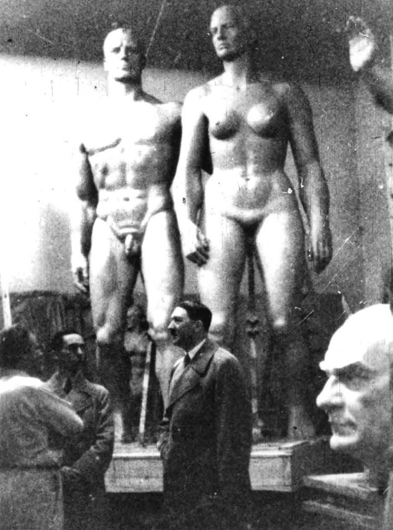 Адольф Гитлер в мастерской Йозефа Торака, официального монументалиста Третьего рейха, Германия, 1937