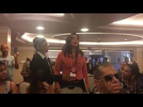 Momento em que uma segurança tenta tirar a jornalista Valéria Monteiro da convenção nacional do PMN
