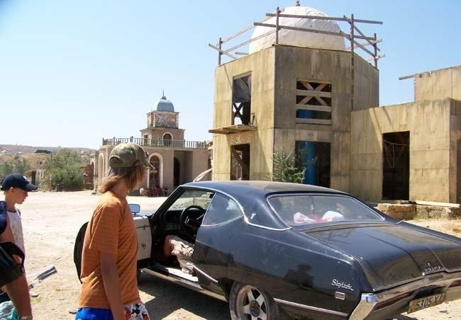 Киногородок в Лисьей бухте, декорации и ретро автомобиль для съемок боевика из восточной горной жизни