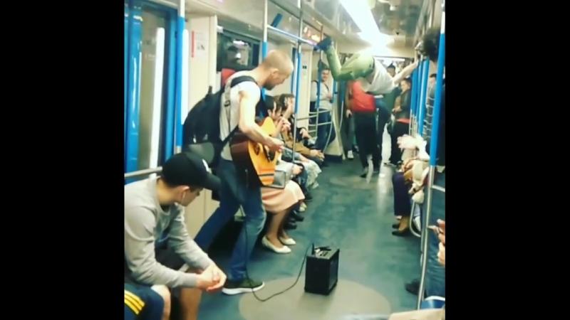 человек паук в метро