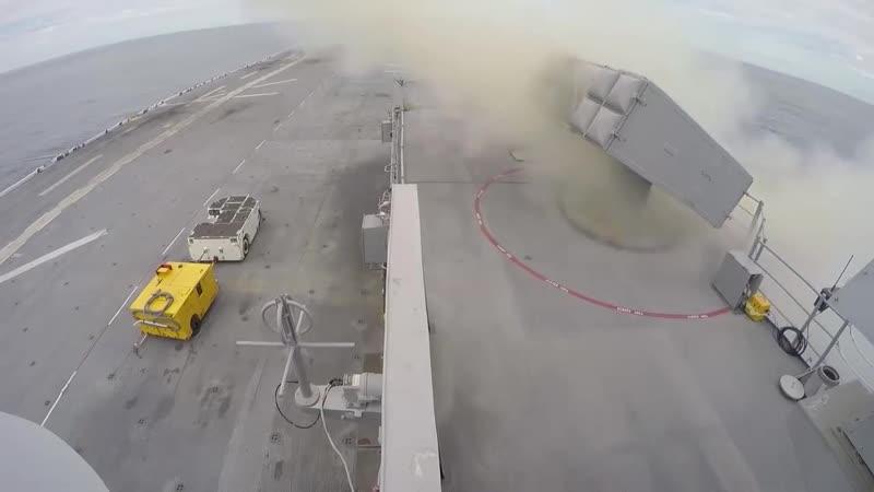 Пуск ракеты RIM-7P Sea Sparrow с борта десантного корабля USS Kearsarge и поражение мишени