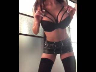 Шикарная брюнетка вертит попкой (порно, секс, эротика, попка, booty, anal, анал, сиськи, boobs, brazzers)