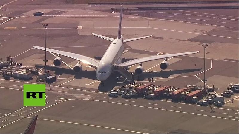 Ponen en cuarentena avión de Emirates tras reportarse que los pasajeros se sintieron mal