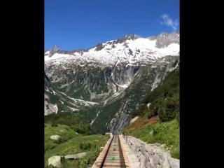 В швейцарских Альпах турист снял спуск на фуникулёре под самым крутым в Европе уклоном NR