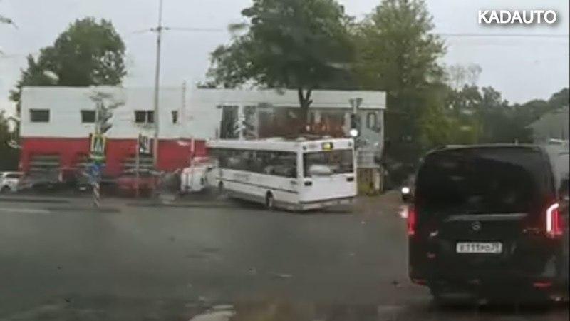 На ул. Гагарина в Калининграде автобус занесло, и он вылетел с проезжей части. 22.05.18