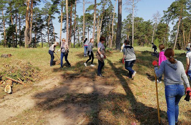 На воинском захоронении в Козельске прошел традиционный субботник