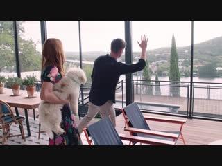 Дженсен и Дэннил машут полицейским во время экскурсии по дому