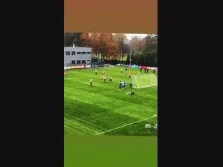 Голландский Неймар погрузил в девяточку невероятный мяч, стоя спиной к воротам