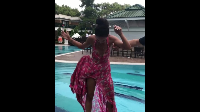 Сегодня точно не день красивых видео 🤣🤪Я хотела необычную фотографию в бассейне и в платье...но пошёл дождь 🤦🏻 Сегодня не мой де