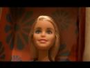 Кукла Барби маленькой ручкой выковыривает пробки из миндалин
