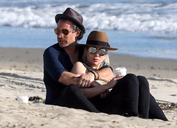 Романтика на пляже: Леди Гага с женихом Кристианом Карино в Малибу